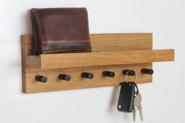 Breites Schlüsselboard mit schwarzen Haken aus Eiche