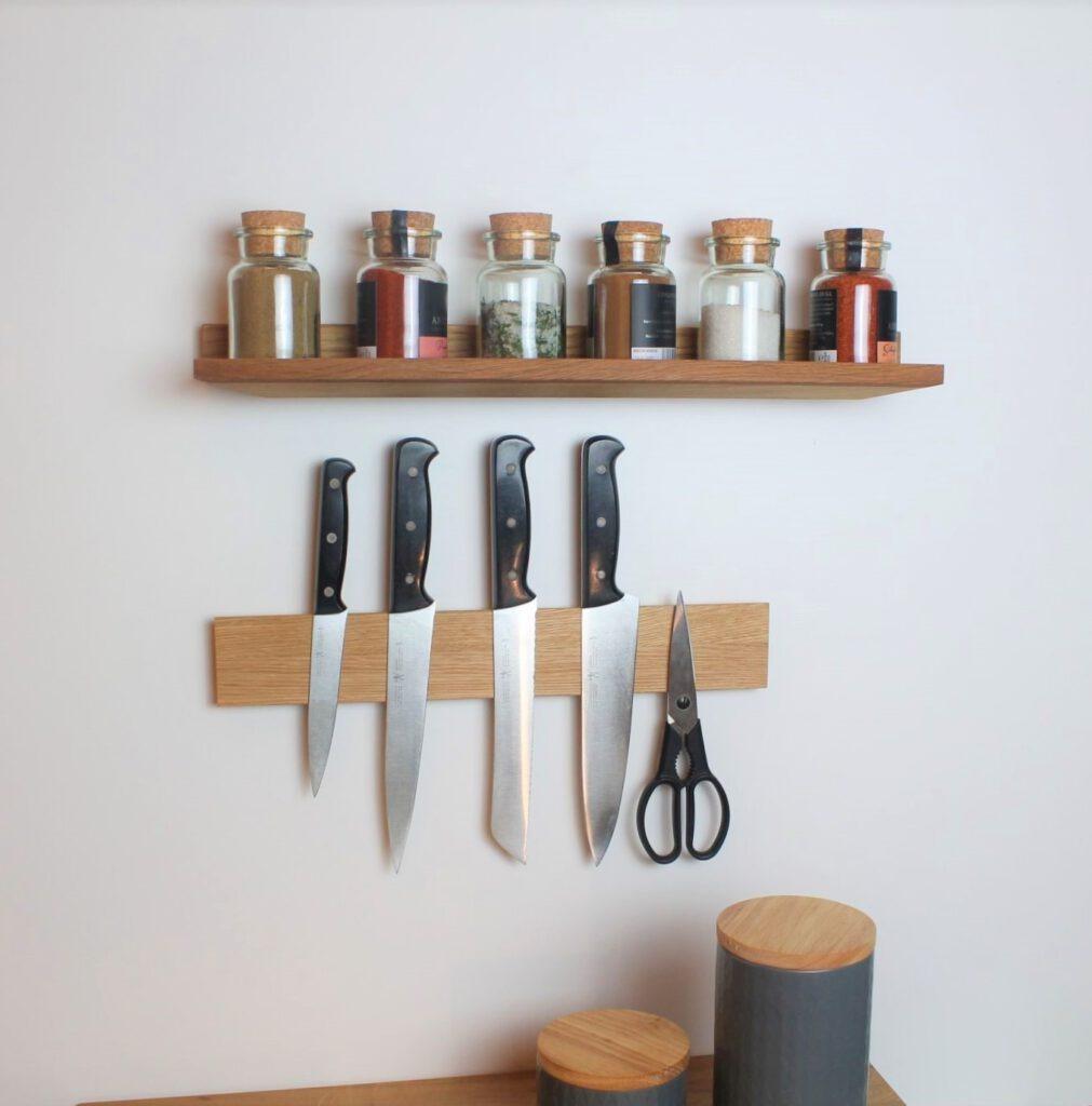 Küchenregale aus Holz. Gewürzregal und Messerleiste passen zusammen.