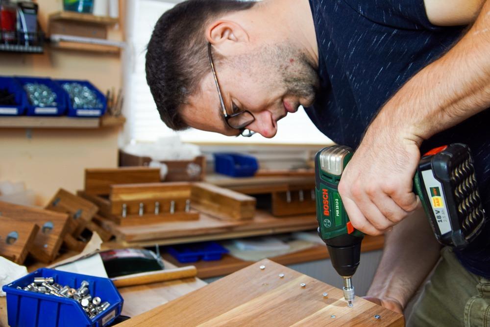 Christian Wagner ist selbstständig als HolzKaspero. Er entwirft und fertigt Möbel und Wohnaccessoires aus Holz.