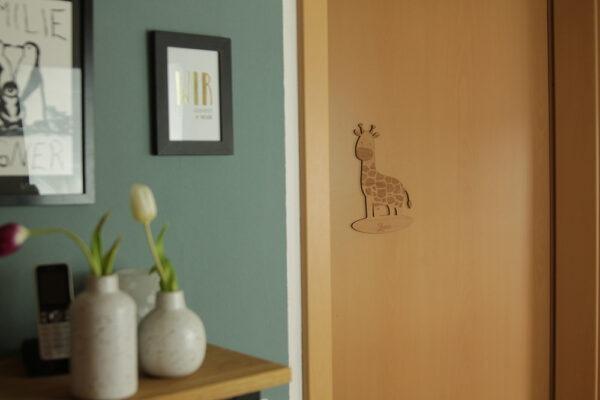 Kindername graviert auf Holzschild für Tür