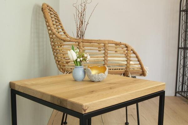 Holztisch mit schwarzem Gestell