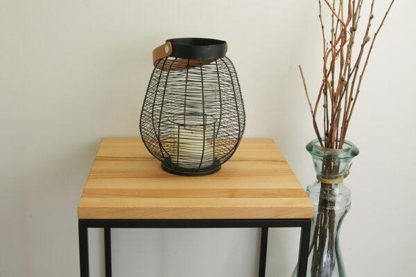 Kleiner Holztisch mit Metallfüßen