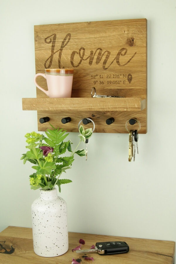 Schlüsselboard aus Wildeiche mit fünf Haken und Home Schriftzug