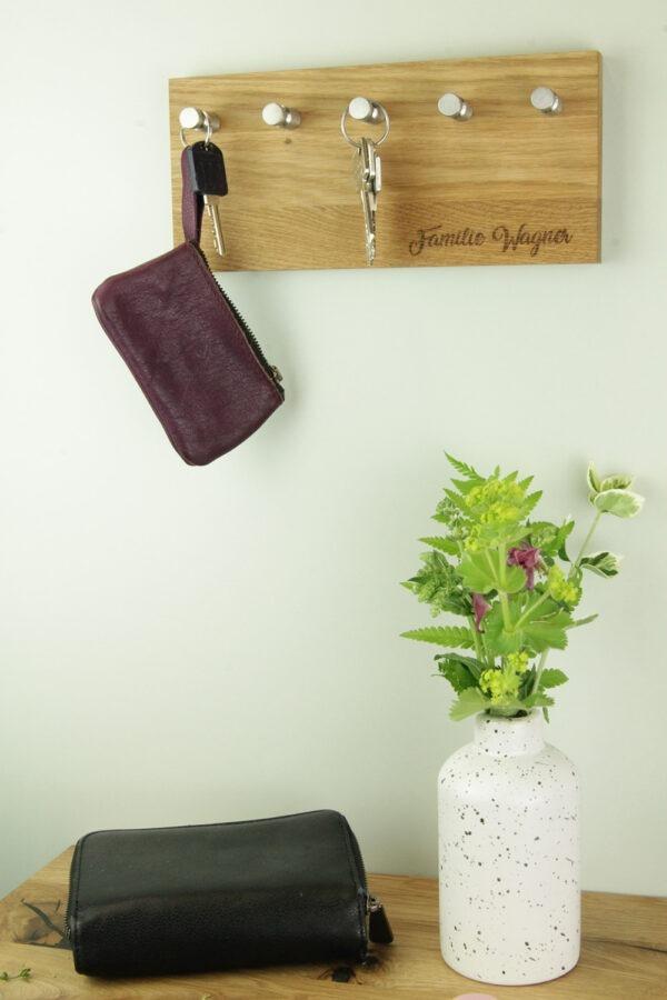 Schlüsselleiste aus Massivholz mit individuellem Namen als Gravut
